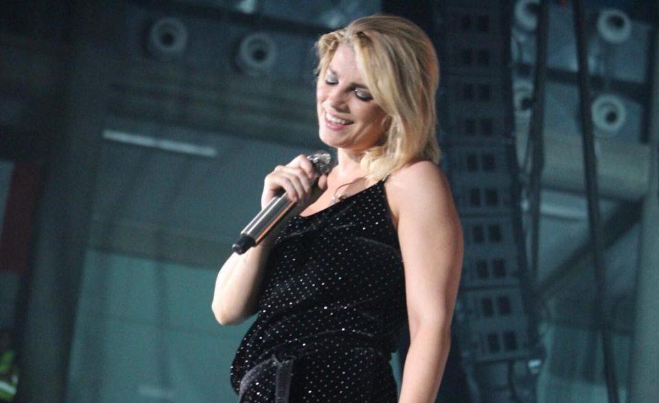 Emma sorridente sul palco ad Acireale per il suo Essere qui Tour